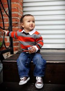 En liten gosse med Converse för barn